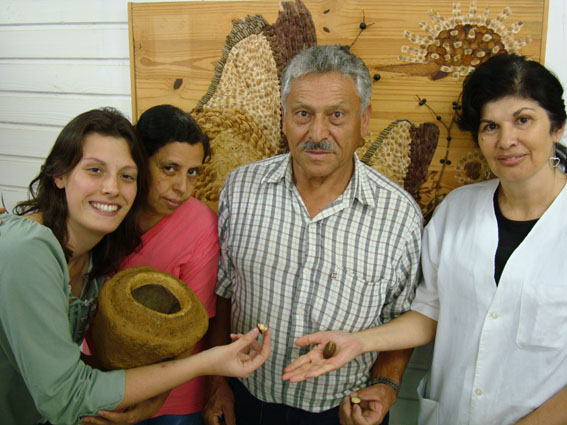 Juliana, Tiana, Belarmino e Leonice na frente do painel de colagem de sementes