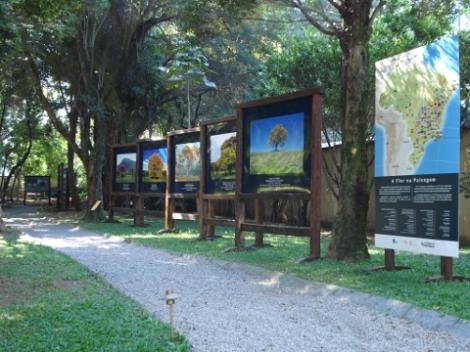 Exposição das fotos no Jardim do Museu da Casa Brasileira
