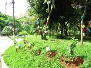 Praça com todas as árvores cuidadas e enfeitadas! Elas sim merecem nosso respeito por nos permitir estar vivos hoje no planeta Terra!