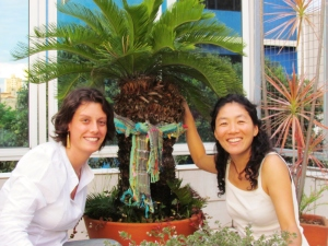 Juliana Gatti e Caren Lissa Harayama com o cachecol verde na Cica